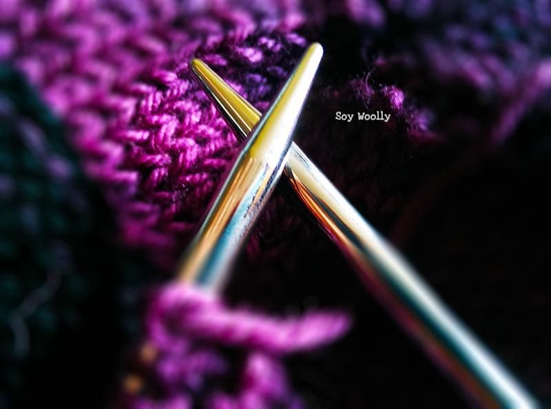 Escoge agujas de punta aguda para tejer tu primer chal-Soy Woolly