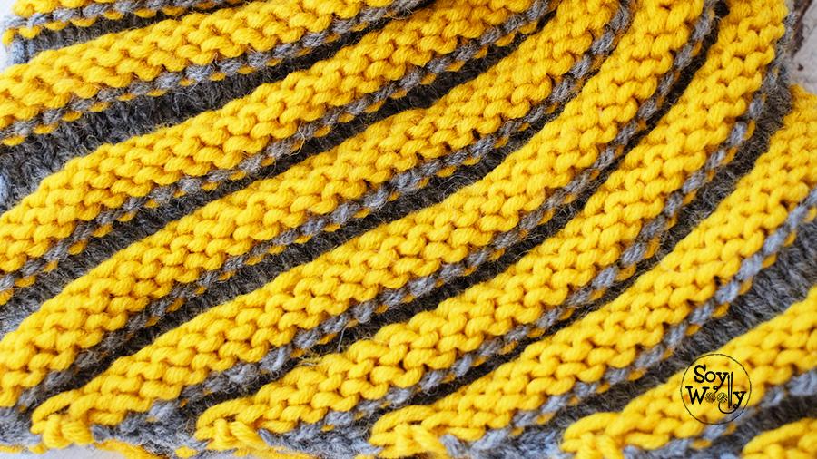 Patron gorro en espiral tejido en dos colores palillos tricot calceta