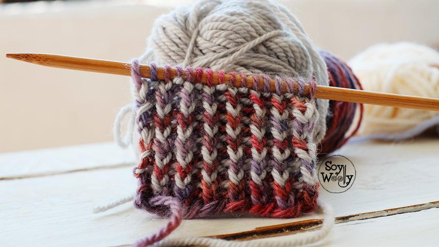 Puntadas tejidas en colores reversibles con dos agujas palitos palillos