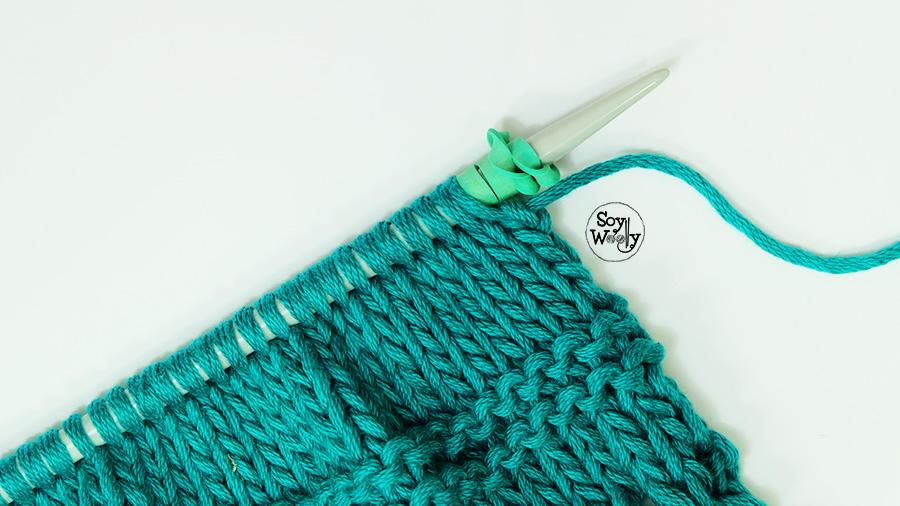 Usar gomas en las agujas de tejer evitar puntos caen