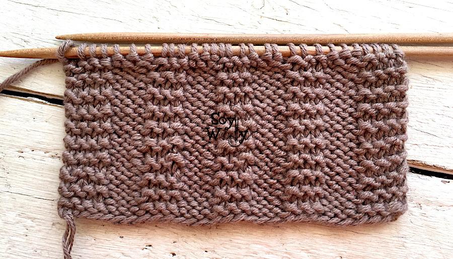 Muestrario de puntadas reversibles que no se enroscan tejidas en dos agujas, palitos, palillos. Soy Woolly.